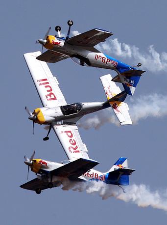 22 февраля завершилась крупнейшая в Азии авиакосмическая выставка Aero India 2015. На фото: самолеты ZLIN 50LX Red Bull из чешской пилотажной группы Flying Bulls
