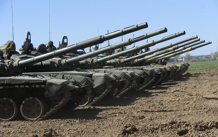 Модернизированные танки Т-72Б3 во время учений на общевойсковом полигоне Прудбой. Новая ходовая часть и более мощный двигатель повысили маневренность танка и, как следствие, выживаемость на поле боя. Обновленная машина имеет усовершенствованную 125-миллиметровую гладкоствольную пушку, у которой рассеивание снарядов снизилось в 6 раз, а при стрельбе на ходу - в 1,7 раза по сравнению с Т-72