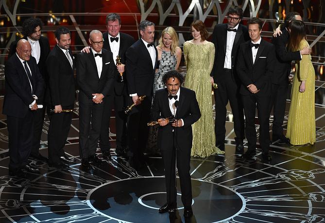 """Премия """"Оскар"""" в категории """"Лучший фильм года"""" досталась ленте """"Бердмен"""". На фото: Алехандро Иньярриту произносит речь после объявления в номинации """"Лучший фильм года"""""""