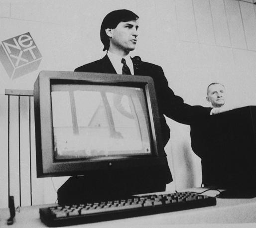 Под руководством Стива Джобса Apple раньше других разработчиков ввела в широкий обиход графический интерфейс пользователя и компьютерную мышь. Следующие модели, Apple III и Apple Lisa, не имели коммерческого успеха. На фото: Стив Джобс и американский миллионер, обладатель акций  NeXT Росс Перо (справа) во время презентации новой компьютерной станции компании NeXT, Сан-Франциско, 12 октября 1988 года