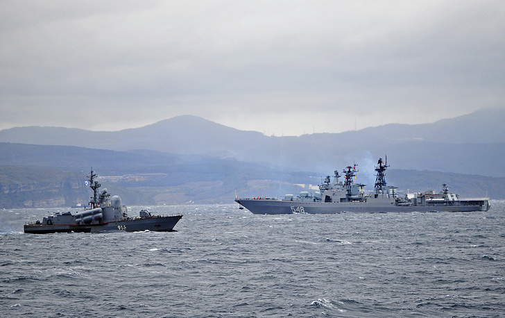 """Корабли Тихоокеанского флота - ракетный катер (слева) и БПК """"Адмирал Пантелеев"""" (справа) во время боевых учений в заливе Петра Великого"""