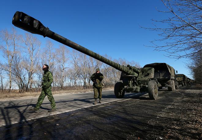 """25 февраля в минобороны провозглашенной Донецкой народной республики (ДНР) заявили, что ополчение отводит тяжелые вооружения с четырех направлений. На фото: 152-мм гаубица """"Мста-Б"""" во время полномасштабного отвода тяжелой военной техники от линии соприкосновения"""