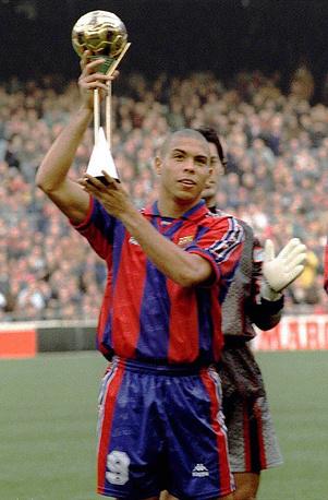 """В 1996 году Роналдо впервые был назван футболистом года по версии ФИФА (На фото - в составе """"Барселоны""""). Позднее он получил эту престижную награду в 1997 и 2002 годах"""