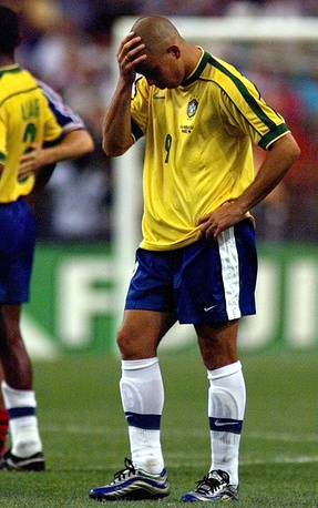 Проигранный финал чемпионата мира 1998 года (0:3 от сборной Франции) - одно из главных разочарований в карьере Роналдо за бразильскую национальную команду (На фото - нападающий после завершения финального матча ЧМ-1998)