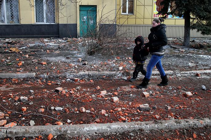 """20 февраля сообщалось, что из """"дебальцевского котла"""" выведены все украинские войска. На фото: местные жители на одной из улиц Дебальцева после отвода украинских военных, 20 февраля 2015 года"""