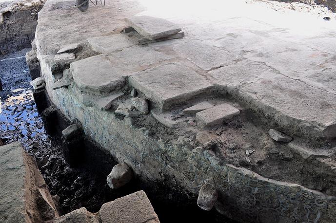 Платформа украшенная фигурами в виде  змеиных голов.  Такие платформы  были местом королевской кремации