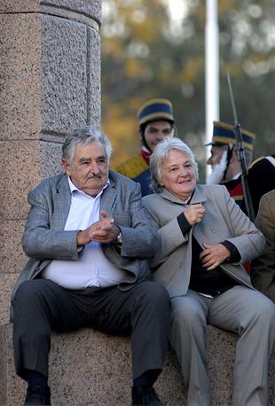 Согласно опросу, проведенному в ноябре 2014 года уругвайским центром социальных исследований Equipos consultadores, 65% жителей страны одобряют деятельность Хосе Мухики на посту президента. Свое недовольство его политикой выразили 17% уругвайцев. На фото: Хосе Мухика с супругой Лусией Тополански, Монтевидео, 18 мая 2011 года