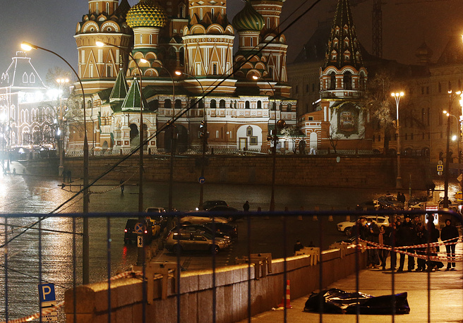 Через 200 метров с ними поравнялась иномарка, откуда Немцова расстреляли в упор, после чего машина сразу же скрылась