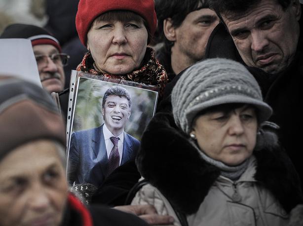 Участники акции в память о Немцове на площади Пименова в Новосибирске