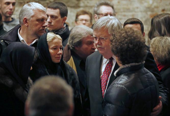 Посол США в России Джон Теффт c Екатериной Одинцовой и сыном Бориса Немцова Антоном