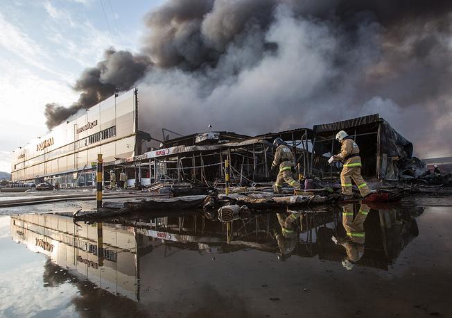 """Пожар в торговом центре """"Адмирал"""" в Казани начался в кафе на первом этаже здания"""