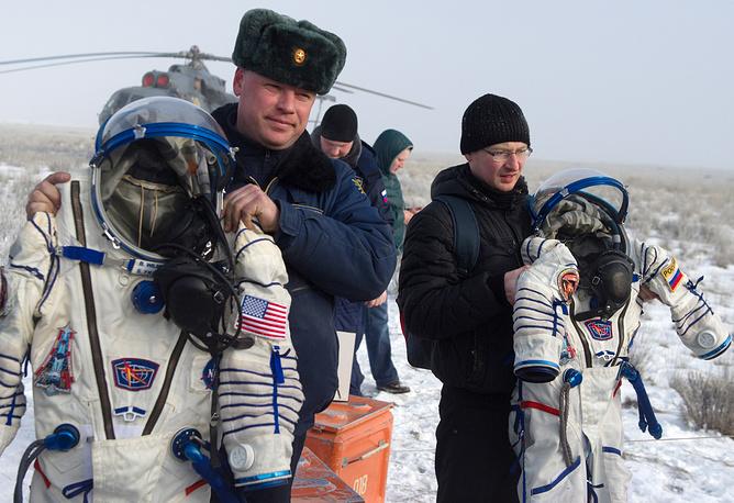 """Спускаемый аппарат """"Союза"""" приземлился в казахстанской степи с экипажем МКС. Российские космонавты Александр Самокутяев и Елена Серова, а также астронавт NASA Барри Уилмор проработали на орбите около 170 суток"""