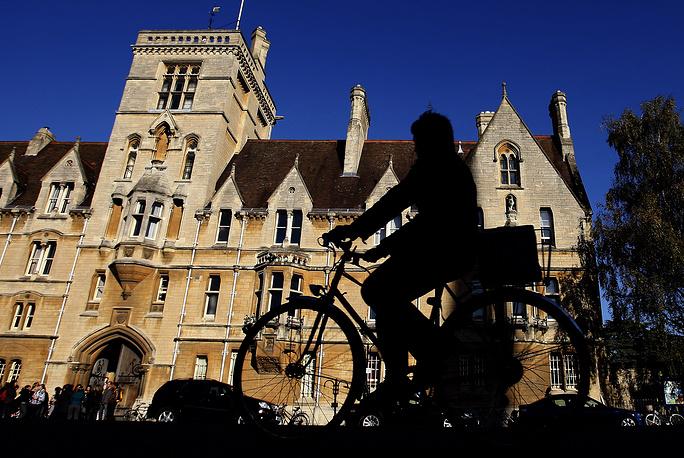 Оксфордский университет (University of Oxford) Старейший университет Великобритании, точная дата основания неизвестна, однако преподавание в нем велось уже в 1096 г. Начал быстро развиваться в 1167 г. после того, как английский король Генрих II запретил  англичанам учиться в парижском университете - Сорбонне. Оксфордский университет состоит из самоуправляемых 38 колледжей. При университете работает вторая по величине библиотека Великобритании, ряд музеев.  Расположен в южной Англии в графстве Оксфордшир. Среди выпускников университета - 27 лауреатов Нобелевской премии.