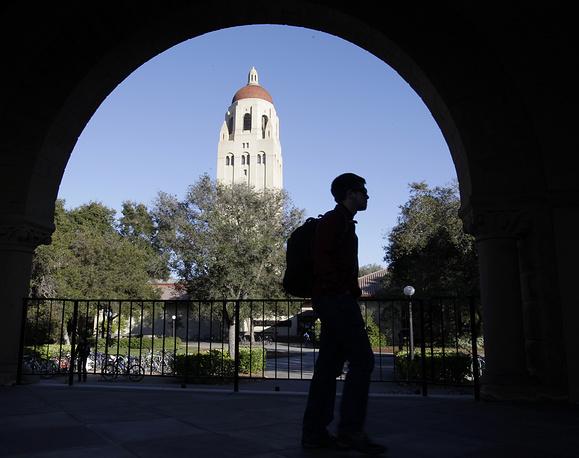 Стэнфордский университет (полное название - Университет им. Леланда Стэнфорда-младшего, Leland Stanford Junior University). Основан в 1885 г. калифорнийским губернатором и железнодорожным предпринимателем Леландом Стэнфордом; назван именем его умершего в 16-летнем возрасте сына, Леланда. В 1891 г. были набраны первые студенты.  Входит в научно-промышленный территориальный комплекс - так называемый Стэнфордский научно-исследовательский парк. В состав университета помимо факультетов и школ входят Гуверовский институт войны, революции  и мира, а также Стэнфордский линейный ускоритель. Расположен в университет в г. Стэнфорд, шт. Калифорния. Среди выпускников университета - 10 лауреатов Нобелевской премии