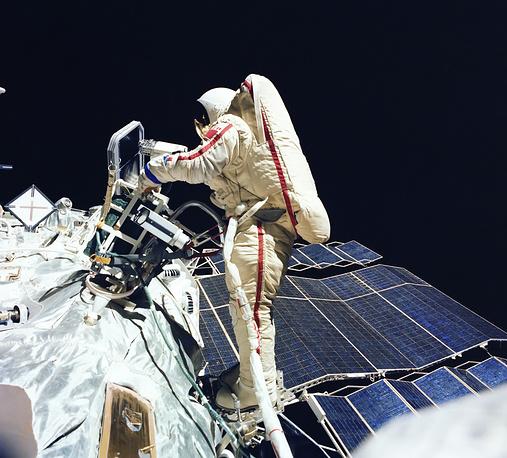 Первой в мире женщиной, совершившей выход в открытый космос, стала летчик-космонавт СССР Светлана Савицкая. Выход продолжался 3 часа 35 минут. На фото - С. Савицкая проводит эксперимент по сварке и резке металла в космическом пространстве. Летчик-космонавт Савицкая является единственной женщиной - дважды Героем Советского Союза