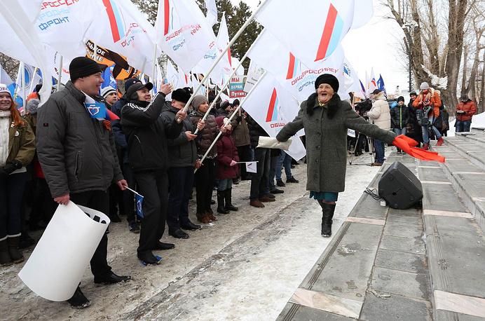 Участники митинга, посвященного годовщине присоединения Крыма к России, в Томске