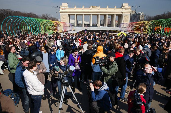 Москвичи наблюдают за затмением в Парке Горького