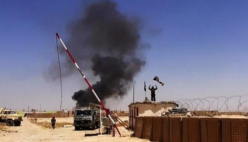 К началу марта под контролем ИГ находились более трети территорий Ирака и Сирии. На фото: захваченная боевиками военная база в провинции Найнава (Ирак), июнь 2014 г.