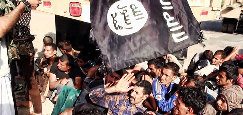Падение Мосула стало шоком и для иракцев и для международного сообщества. Под контролем ИГ оказался один из нефтеносных районов Ирака. На фото: боевики ИГ с захваченными иракскими солдатами, июнь 2014 г.