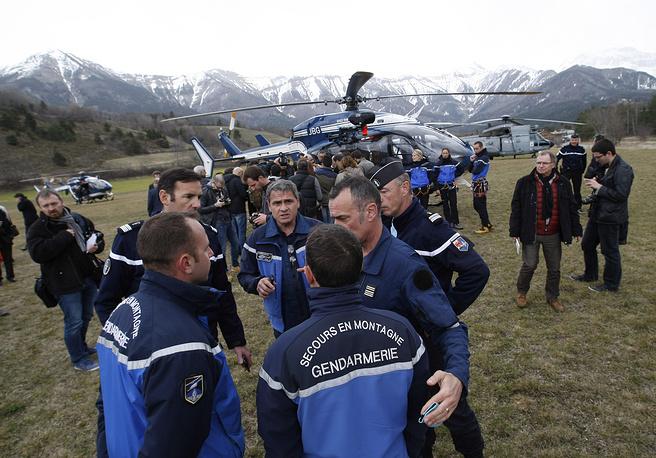 В населенных пунктах, прилегающих к зоне падения самолета, расположенной высоко в горах, находится 300-400 французских спасателей и экспертов