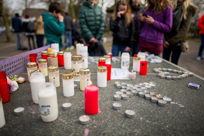 Школьники оставляют свечи перед зданием гимназии в городе Хальтерн-ам-Зе, Германия. 16 учеников и два учителя этой гимназии погибли в авиакатастрофе самолета Airbus A320