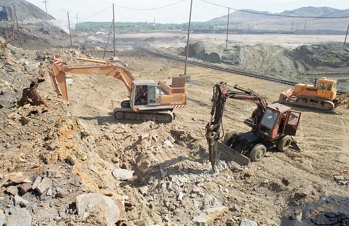 Работники Карабашского медеплавильного комбината занимаются рекультивацией земель и посадкой леса. 2001 год