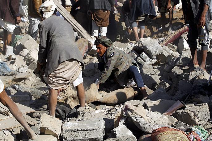 Кроме того, целью воздушных рейдов стали лагерь военной полиции, а также президентский дворец, где после налета вспыхнул пожар. На фото: последствия авиаударов в Сане, 26 марта