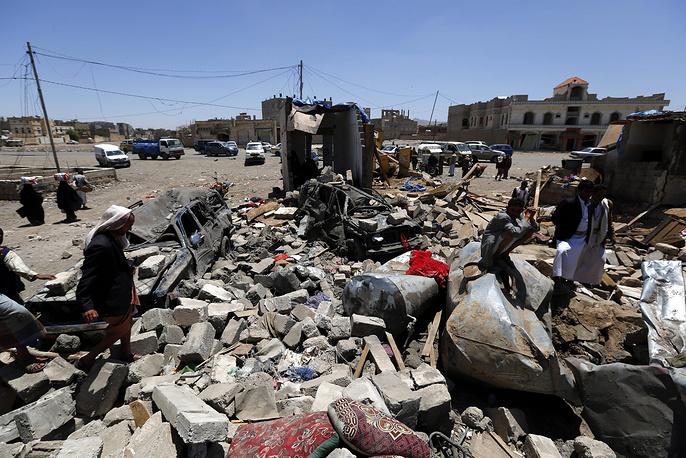 В провинциях Саада и Хадджа (к северу от Саны) сообщения о бомбардировках поступили из пяти населенных пунктов. На фото: последствия авиаударов в Сане, 29 марта