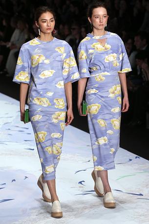 В тот же вечер состоялся показ коллекции модельера Алены Ахмадуллиной. Главной темой нынешней коллекции стали лесные мотивы. Цветовая гамма выдержана в холодных тонах