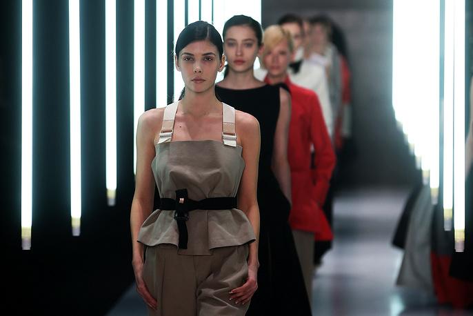 В осенне-зимней коллекции модельера графические мотивы переплетались с женственными, но строгими платьями в пол. На фото: коллекция дизайнера Юлии Николаевой