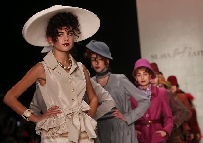 Основную часть коллекции по традиции составили строгие костюмы, приталенные жакеты и прямые платья. На фото: показ коллекции SLAVA ZAITSEV