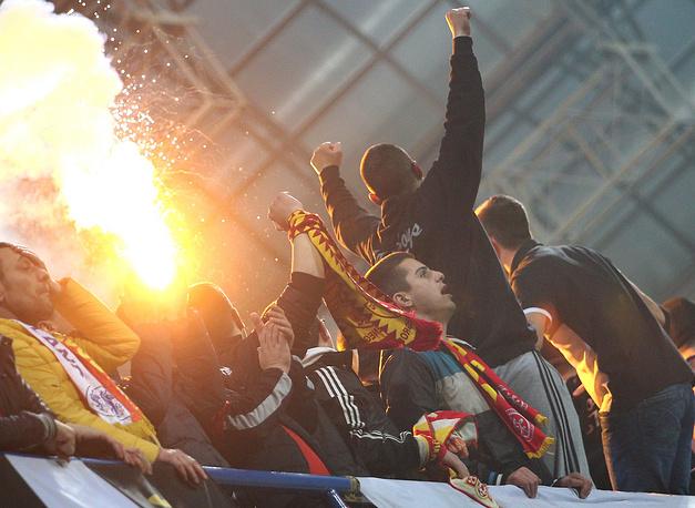 Встреча между черногорцами и россиянами была сорвана из-за поведения фанатов. Поклонник балканской команды попал файером во вратаря сборной России Игоря Акинфеева на первой минуте игры; на 67-й минуте в защитника российской команды Дмитрия Комбарова с трибун был брошен посторонний предмет, встреча была отменена.