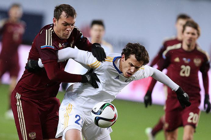 Артем Дзюба (слева), игравший на острие атак сборной России в первом тайме, не смог создать у ворот команды Казахстана опасных моментов