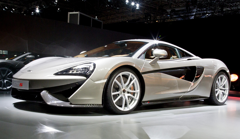 Болид McLaren 570S - первый из новой серии гоночных машин, развивающий скорость до 326 км в час