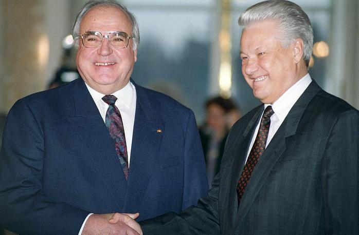 Президент РФ Борис Ельцин и канцлер Германии Гельмут Коль перед началом встречи в Москве, 15 декабря 1992 года