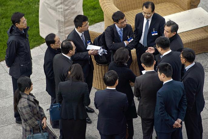 Министр иностранных дел Китая Ван И покинул переговоры 31 марта из-за плотного графика, однако китайская делегация продолжила работу до самого конца. На фото: китайская делегация перед отъездом министра