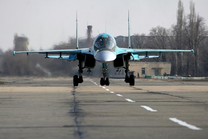Истребитель-бомбардировщик Су-34 на полигоне летно-испытательного центра в Ахтубинском авиагарнизоне, Астраханская область, 2006 год