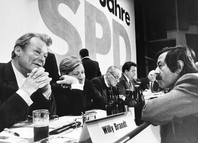 Гюнтер Грасс (справа) разговаривает с лидером СДПГ Вилли Брандт и канцлером Гельмутом Шмидтом (слева направо) во время собрания партии в Конгресс-центре Берлина, 1979 год