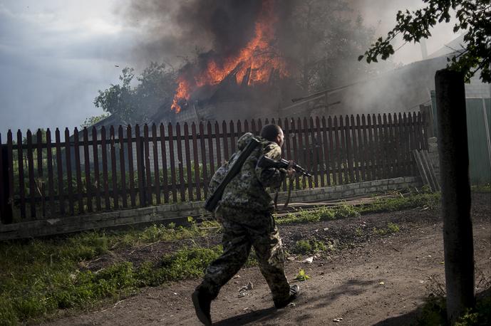 Пожар в жилом квартале Славянска Донецкой области, возникший в результате обстрела, июль 2014 года