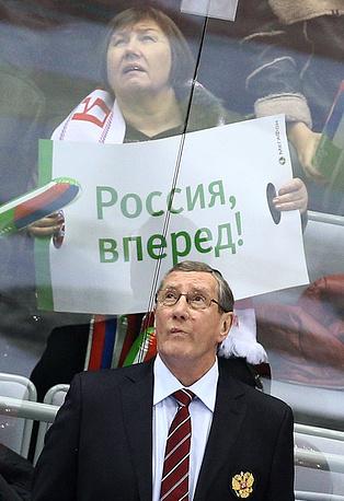 В декабре 2013 года Валерий Белоусов вошел в тренерский штаб сборной России (На фото - специалист на тренерской скамейке национальной команды во время матча Кубка Первого канала)
