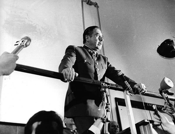 В отношении экс-диктатора Чили Аугусто Пиночета были возбуждены сотни дел. Его обвиняли в нарушении прав человека и коррупции. Однако в связи со смертью политика судебное преследование было прекращено.