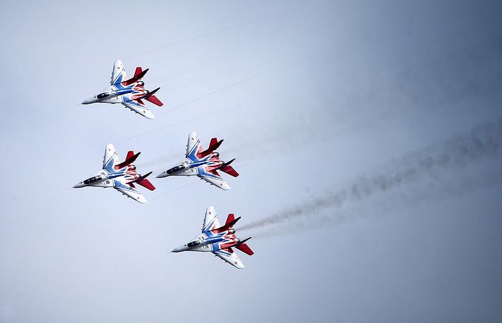"""Пилотажная группа """"Стрижи"""" во время учебно-тренировочного полета на военном аэродроме города Кубинка"""