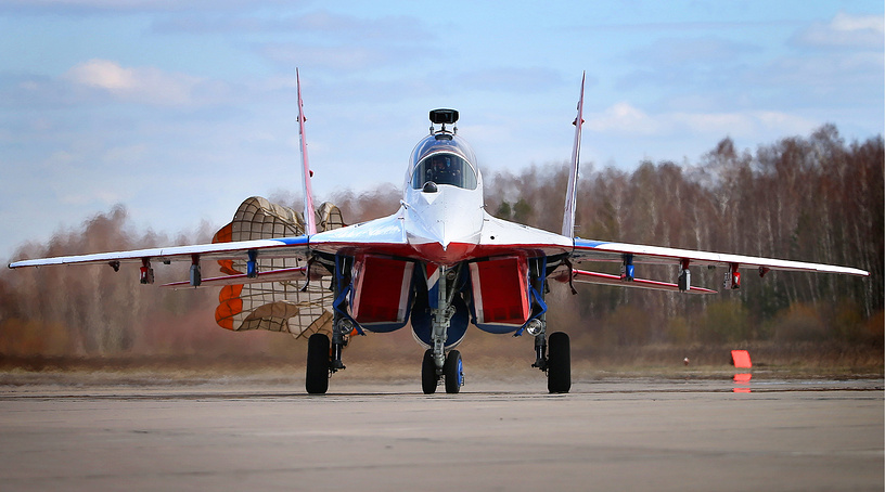 """МиГ-29УБ пилотажной группы """"Стрижи"""" во время посадки после учебно-тренировочного полета"""