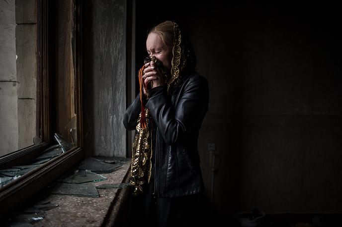 Жительница Одессы во время посещения сгоревшего Дома профсоюзов, Одесса, 4 мая 2014 года