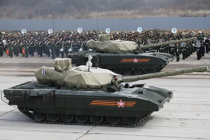 """Танк Т-14 на тяжелой гусеничной платформе """"Армата"""" на полигоне в Алабине"""