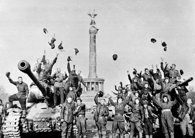 Советские танкисты у колонны Победы в Берлине. Ликование по поводу подписания Акта о безоговорочной капитуляции, 1945 год
