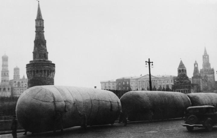 Аэростаты ПВО на Москворецком мосту, 1941 год