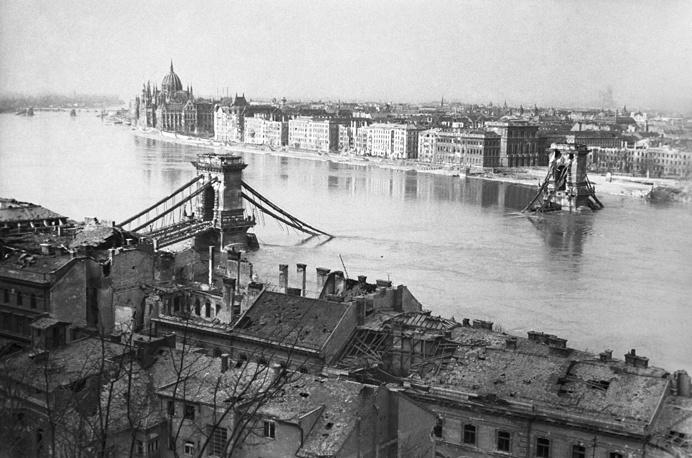 Мост между Будой и Пештом, разрушенный фашистами, 1945 год