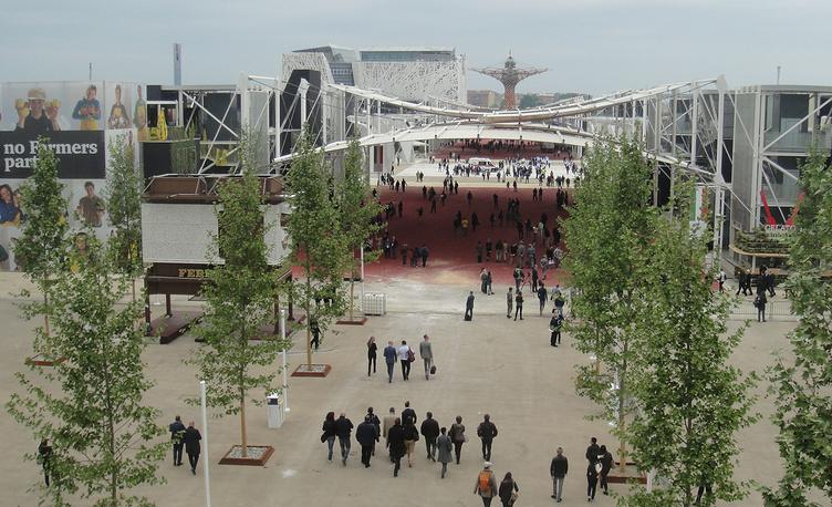 1 мая международная выставка ЭКСПО-2015 открылась в одном из крупнейших выставочных центров Италии Fiera Milano на северо-востоке города. На фото: центральный вход в ЭКСПО-деревню