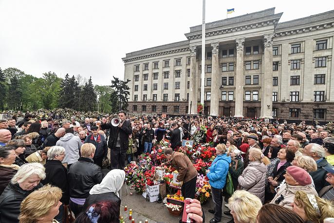 2 мая в Одессе тысячи людей пришли к Дому профсоюзов почтить память жертв майской трагедии 2014 года